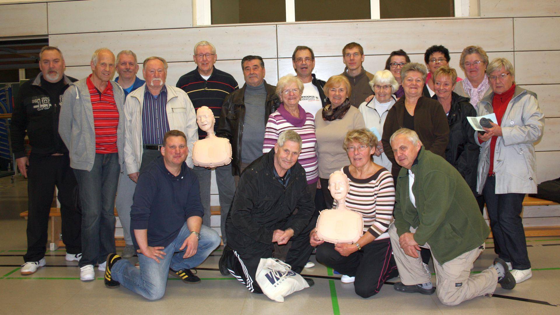 Jens Schilling (vorne links) zu Gast bei der DEK-Herzsportgruppe