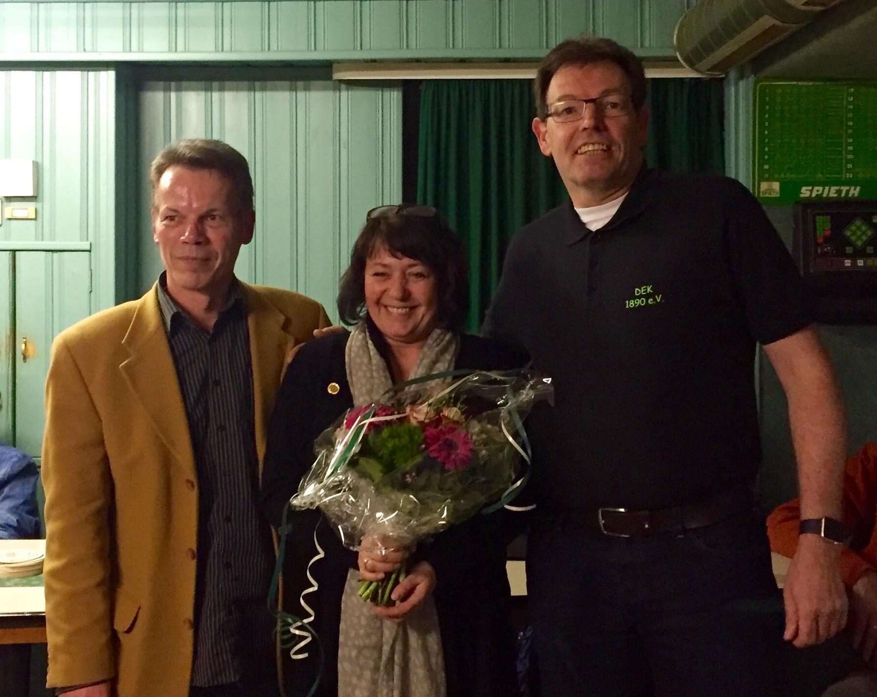 Silvia Baltuttis wurde mit der Goldnadel für 30 Jahre Mitglied bei DEK geehrt.